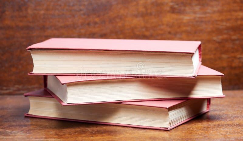 3 книги на таблице стоковые изображения rf