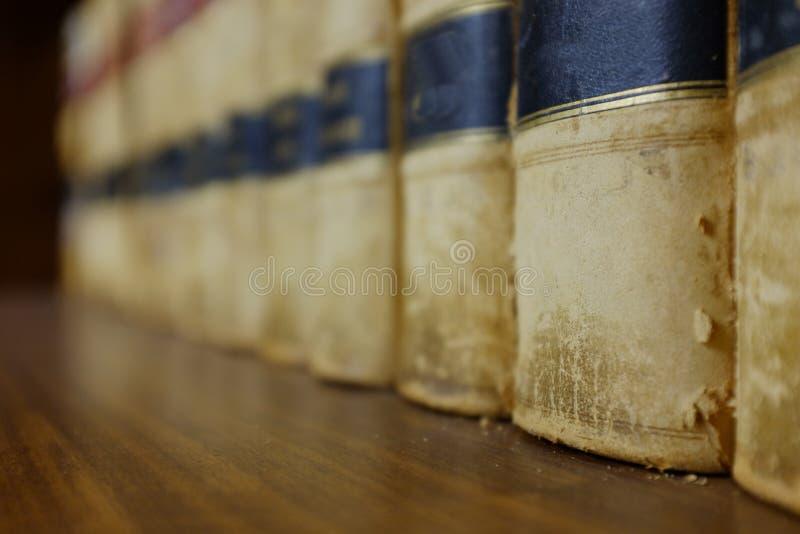 Книги по праву на полке в библиотеке с законными удерживаниями стоковая фотография rf
