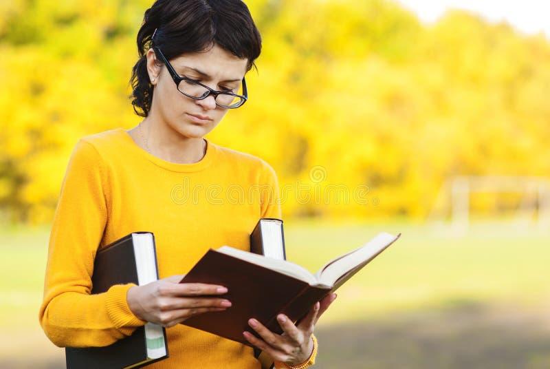 книги предпосылки голубые держа над детенышами студента стоковое изображение rf