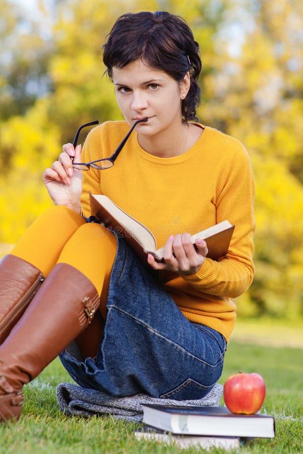 книги предпосылки голубые держа над детенышами студента стоковые изображения