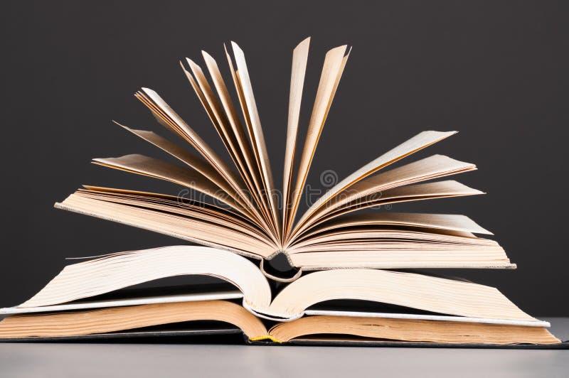 книги раскрывают стоковые фото