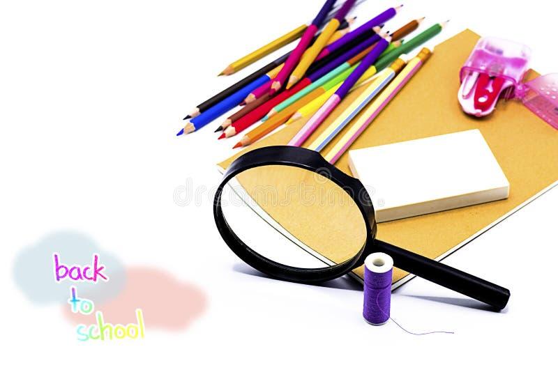 Книги, ручка, карандаш и лупа на белой доске, образовании и назад к вопросу школы, пути клиппирования стоковая фотография rf