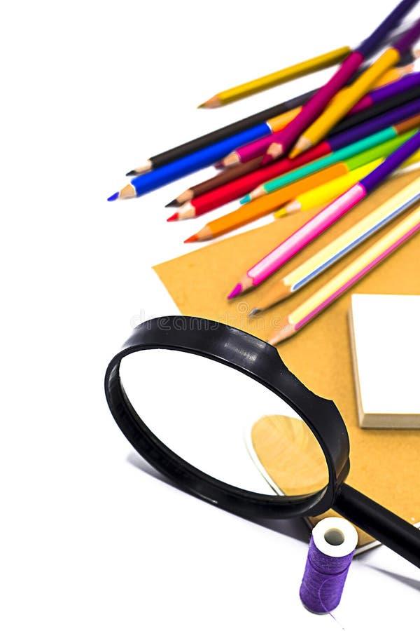 Книги, ручка, карандаш и лупа на белой доске, образовании и назад к вопросу школы, пути клиппирования стоковая фотография