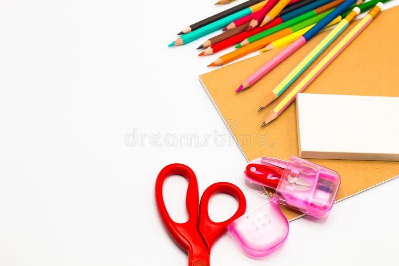 Книги, ручка, карандаш, ножницы и конторские машины на белизне стоковое фото rf