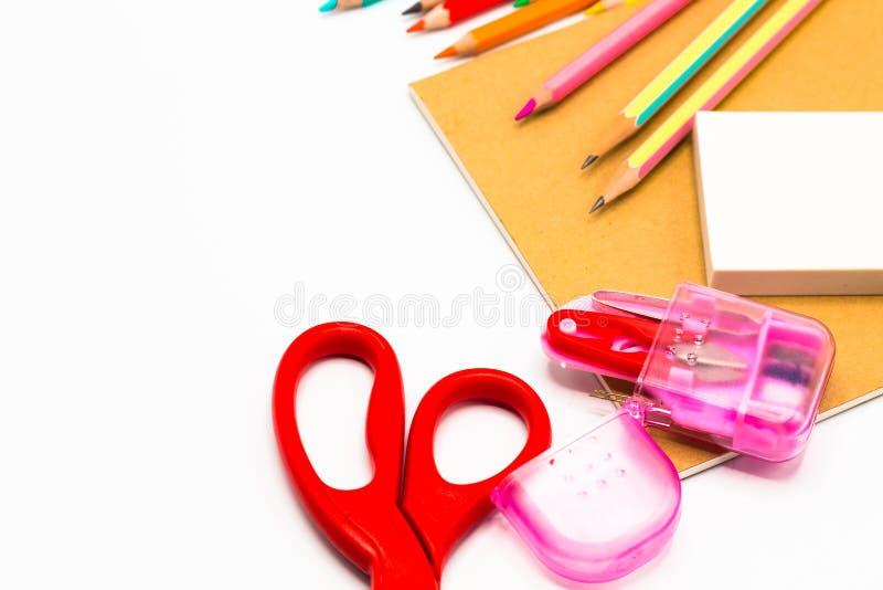 Книги, ручка, карандаш, ножницы и конторские машины на белизне стоковое изображение rf
