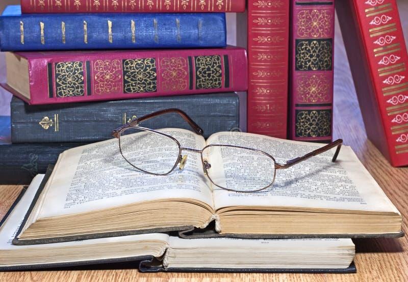 Книги сбора винограда с стеклами стоковые изображения rf