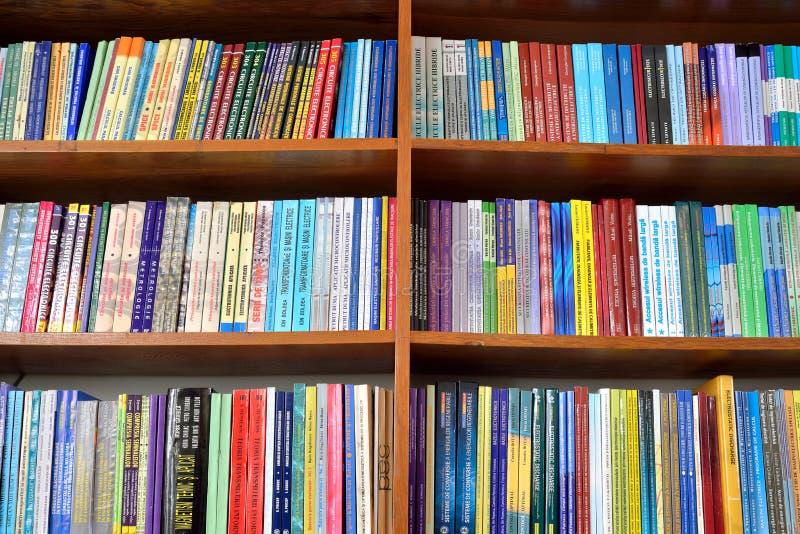 Книги физики на полках стоковые фотографии rf