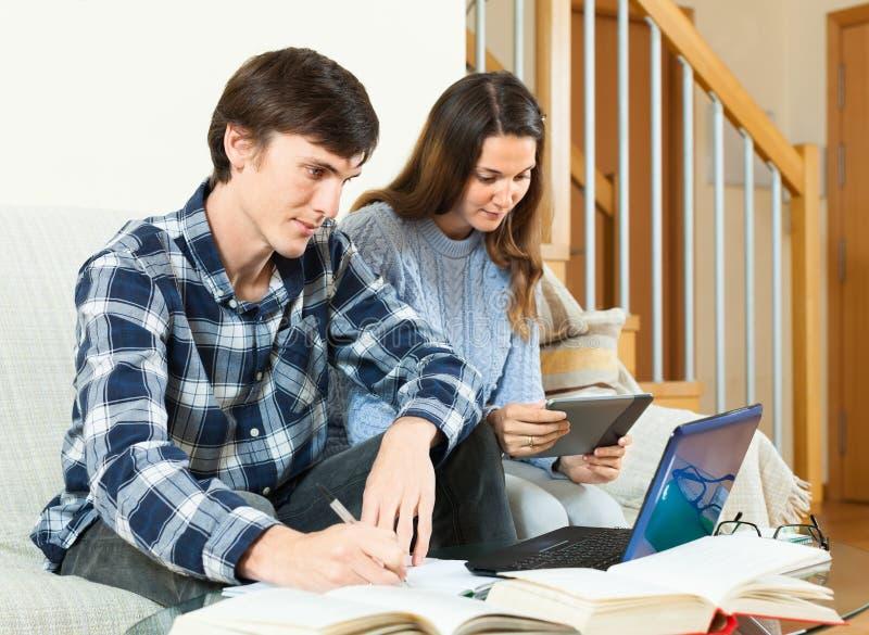 Download Книги чтения Гая и девушки стоковое изображение. изображение насчитывающей задумчиво - 40592081