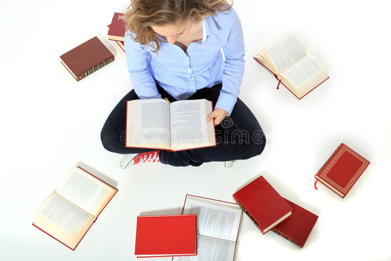 Книги чтения девочка-подростка стоковое фото rf