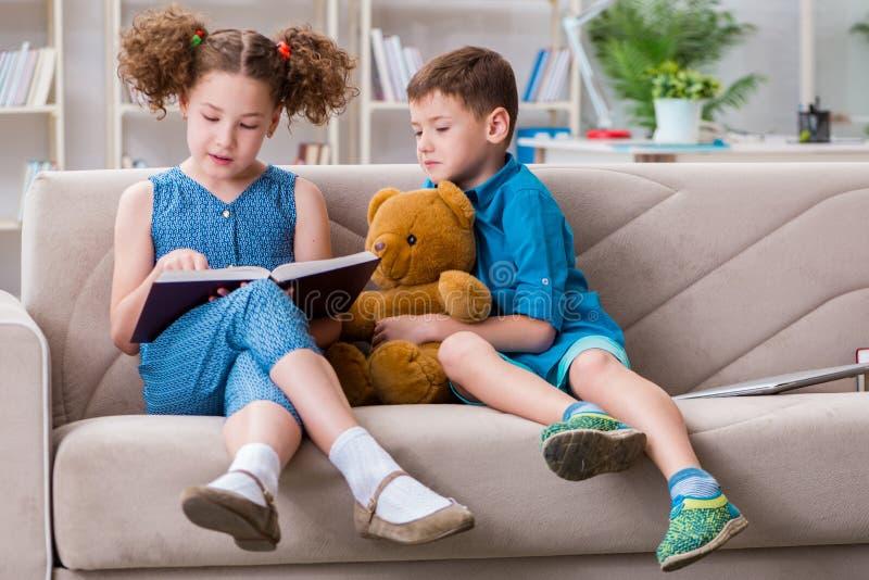 2 книги чтения детей дома стоковое изображение rf