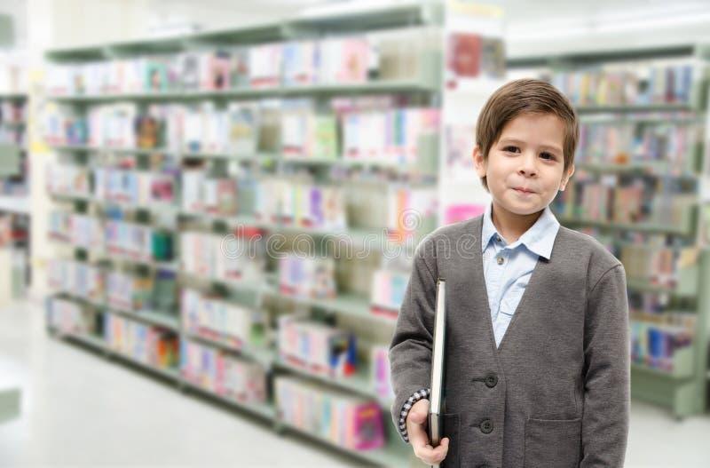 Книги чтения мальчика совместно на белой предпосылке стоковые изображения