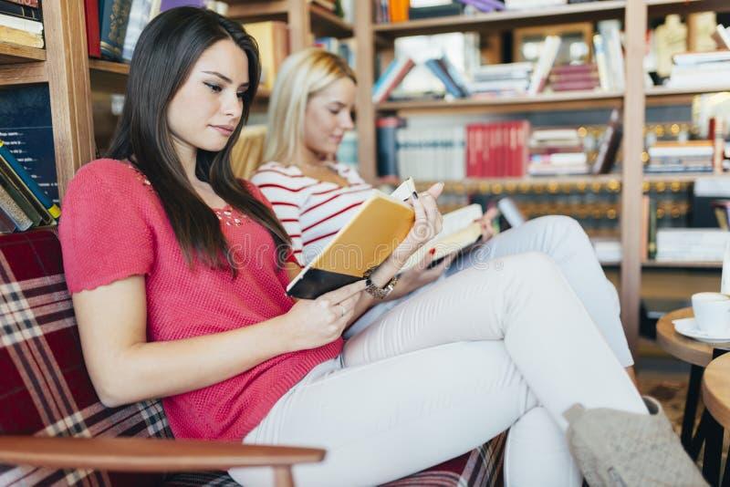 Книги чтения друзей стоковая фотография rf