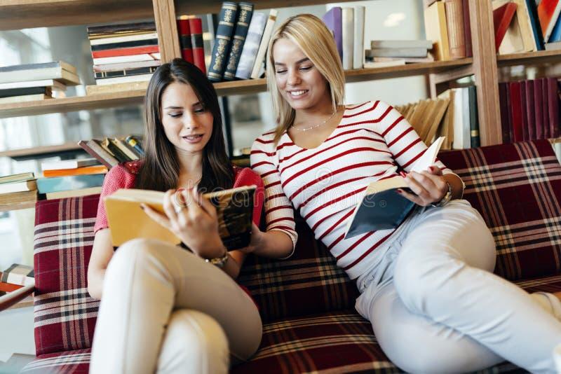 Книги чтения друзей стоковые изображения