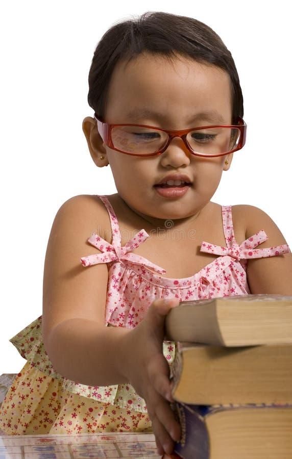 книги штабелируя малыша стоковые фотографии rf