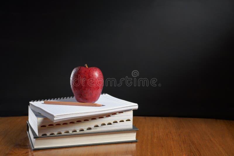 книги яблока над кучей стоковая фотография