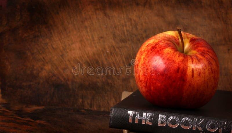 книги яблока стоковое изображение rf