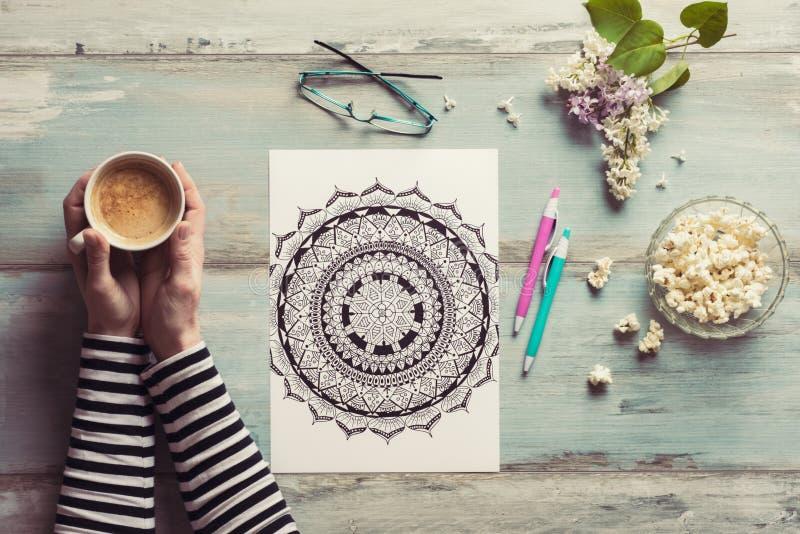 Книжка-раскраски женской расцветки взрослые, новая тенденция сбрасывать стресса стоковые фотографии rf