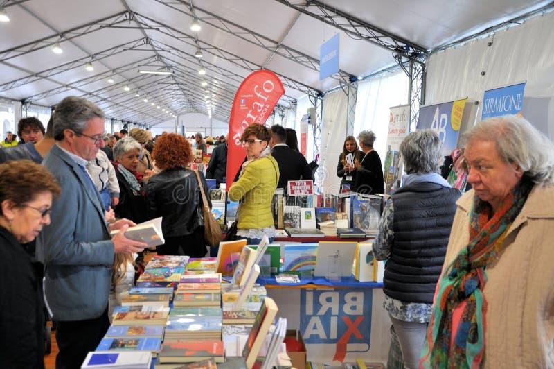 Книжная ярмарка в ` Librixia ` Брешии untranslatable Bookstores большие и малый дисплей их самые лучшие книги стоковое изображение rf