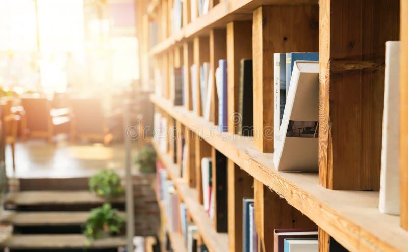 Книжные полки в угле библиотеки кофейни записывает старую принципиальной схемы изолированная образованием стоковое изображение