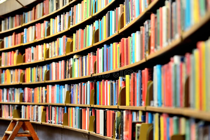 Книжные полки публичной библиотеки стоковое фото rf