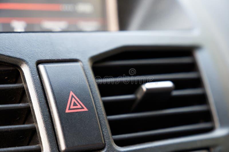 Кнопка аварийной остановки в автомобиле Предупреждение опасности и стопа стоковые изображения