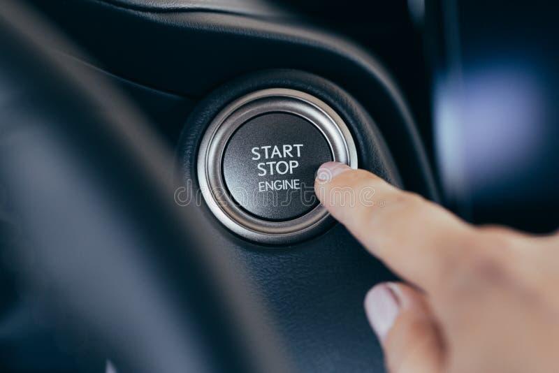 Кнопка автомобиля двигателя стопа начала современная новая стоковые фото