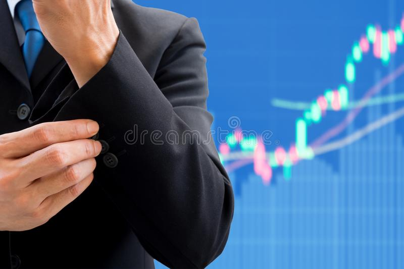 Кнопка бизнесмена поднимающая вверх и фондовая биржа быка стоковое фото rf