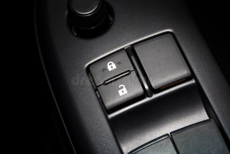 Кнопка блокировки автомобильной двери для замка и открыть стоковые фотографии rf