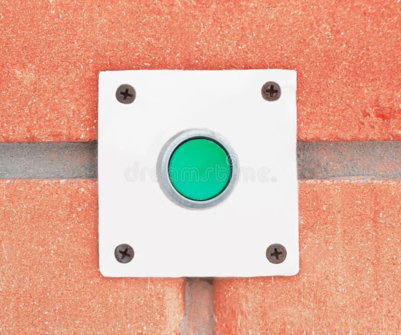 Кнопка дверного звонока на предпосылке стены стоковая фотография