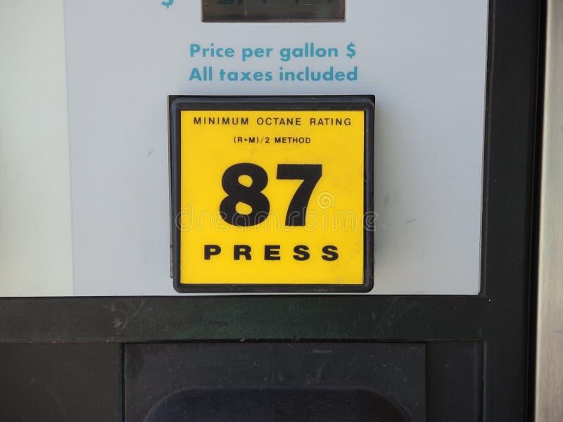 Кнопка выбора октана газового насоса 87 стоковые фото