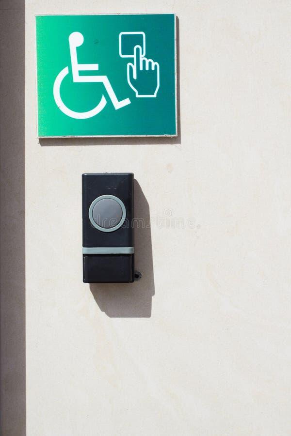 Кнопка звонка для неработающих personnes Кнопка консервооткрывателя двери на стене для людей с ограниченными возможностями стоковые фото