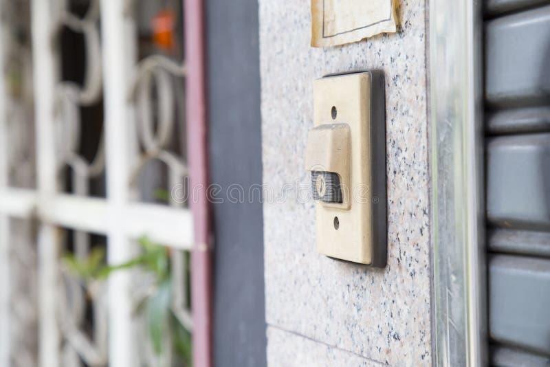 Кнопка колокола на двери стоковая фотография