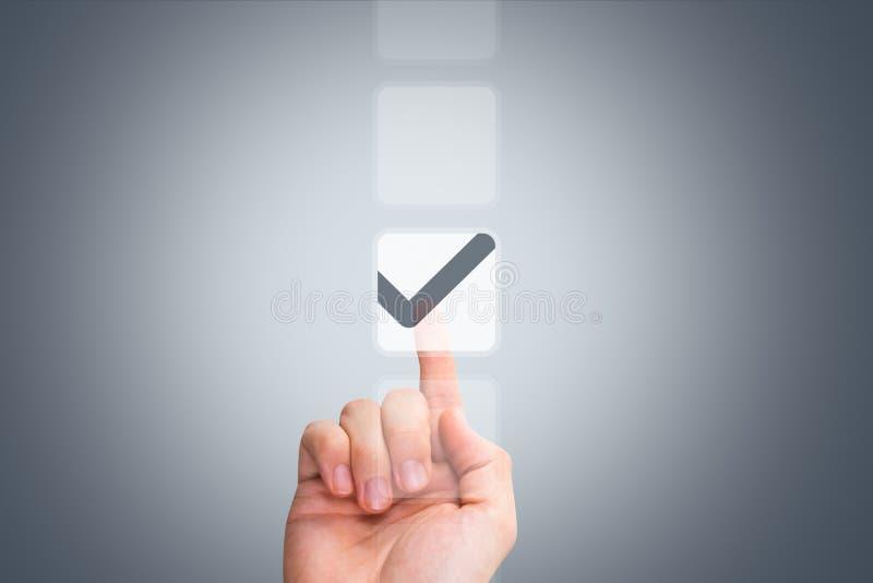 Кнопка мужской руки касающая и тикая флажок стоковое изображение rf