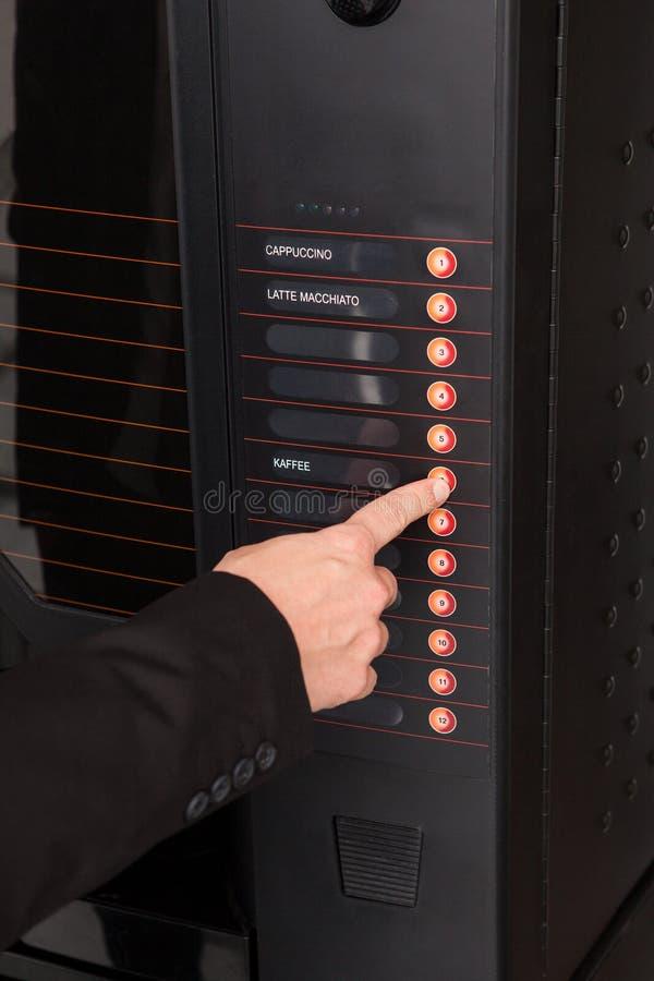 Кнопка отжимать руки торгового автомата для кофе стоковые изображения
