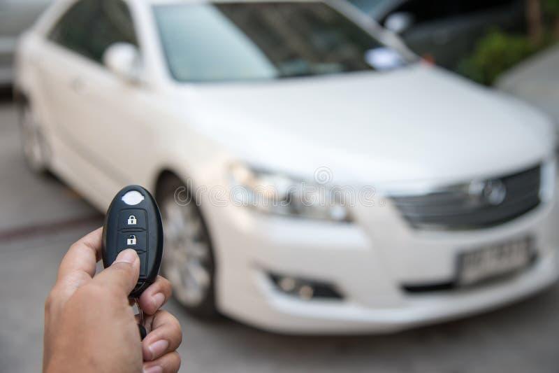 Кнопка прессы руки ключа автомобиля дистанционного управления раскрывает doo автомобиля стоковые изображения rf