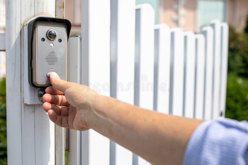 Кнопка человеческого пальца видео- оборудования внутренной связи Предпосылка загородного дома стоковые изображения