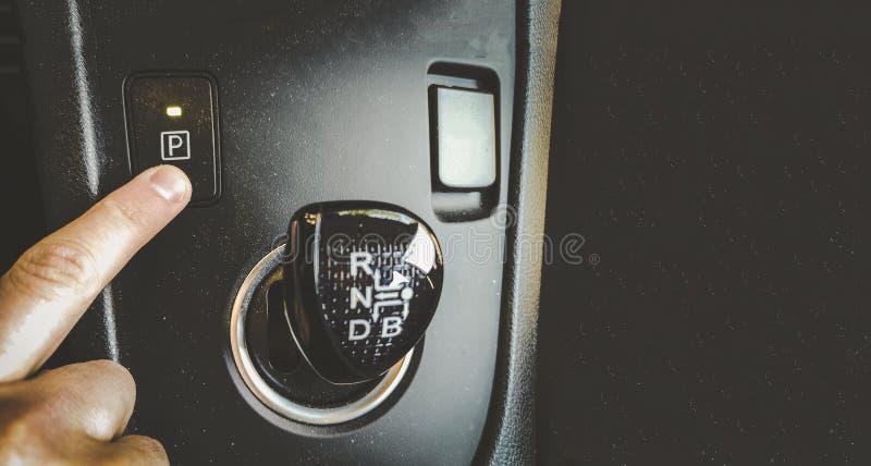 Кнопка шестерни парка прессы пальца руки на накладных расходах автомо стоковые изображения rf
