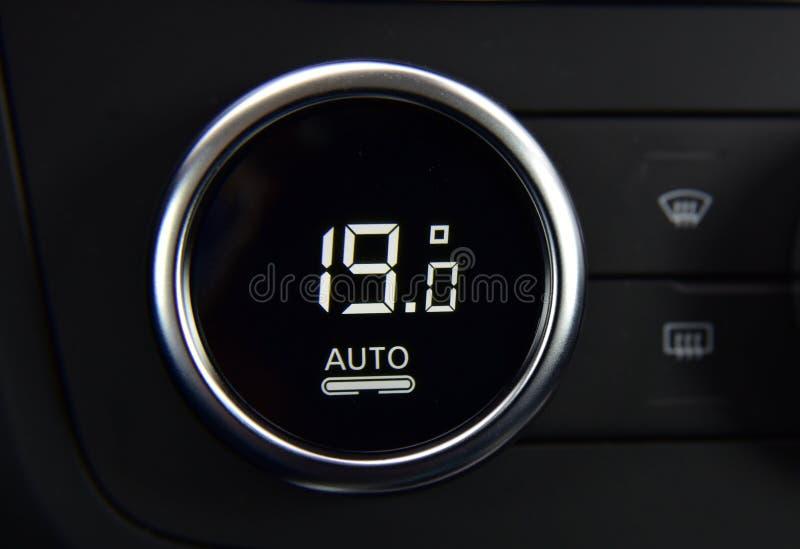 Кнопки для включения кондиционирования воздуха в автомобиле и температурного датчика стоковая фотография