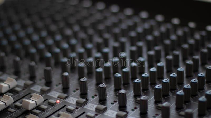Кнопки и регуляторы смесителя студии стоковая фотография rf