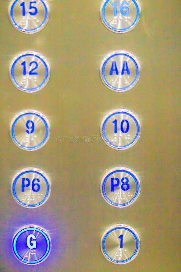 Кнопки лифта отжали g вниз к первому этажу Кнопка лифта стоковая фотография rf
