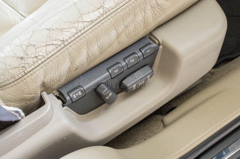 кнопки места роскошного автомобиля 2000's электрические и старый кожаный валик стоковое изображение