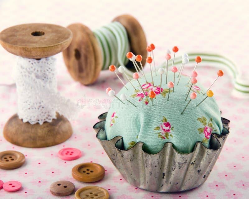 Кнопки, pincushion, и другие шить детали стоковое фото