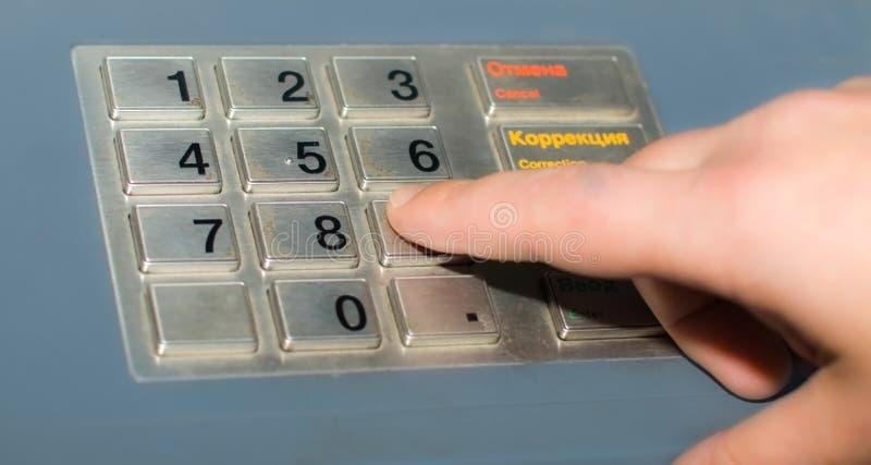 кнопочная панель руки atm стоковые фото