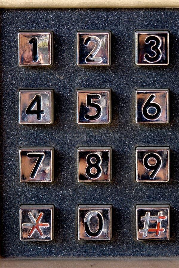 Кнопочная панель телефонного номера на старом телефоне улицы стоковое фото