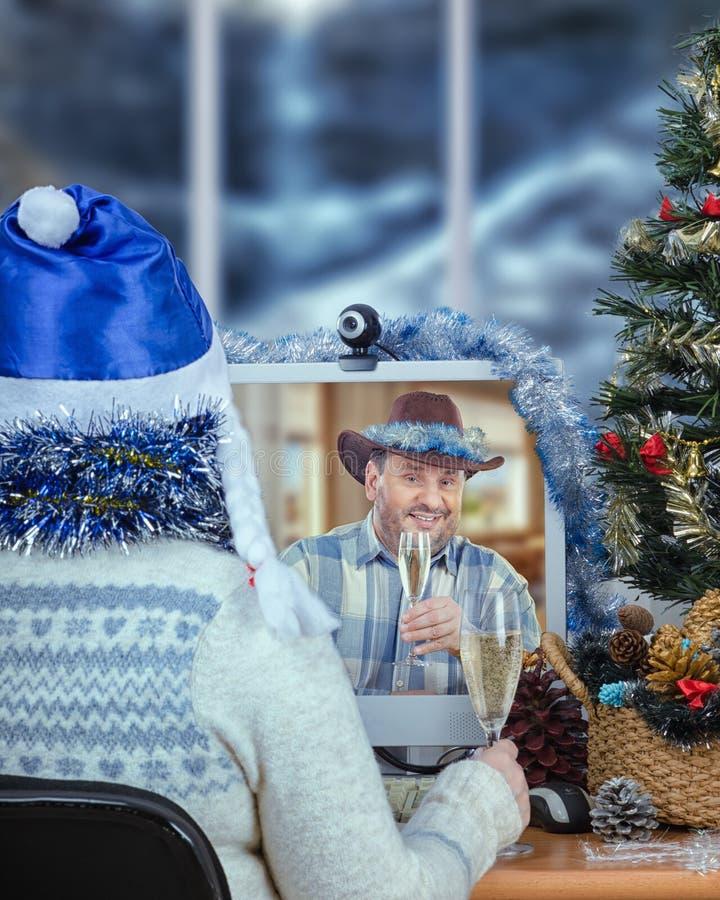 Ковбой празднует рождество онлайн с хелпером Santas стоковая фотография rf