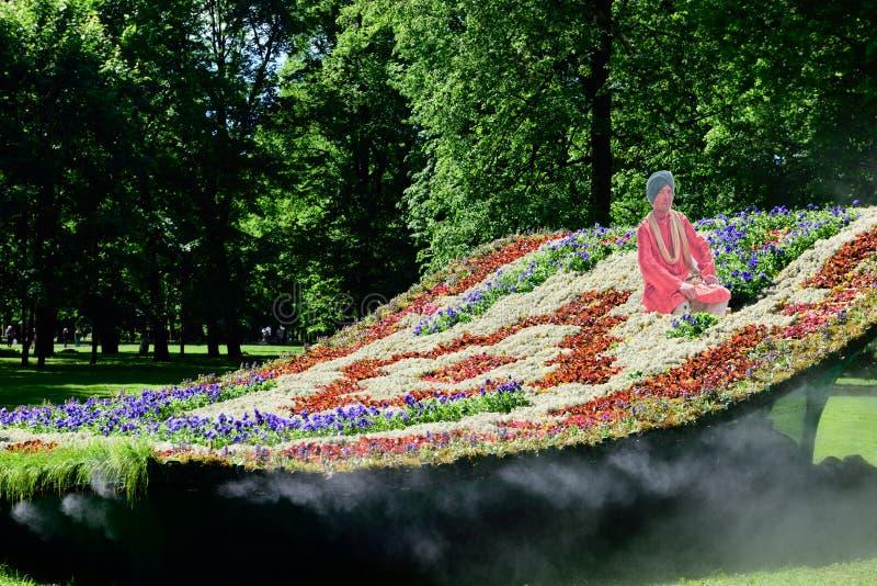 Ковер летания установки в саде Mikhailovsky, Санкт-Петербурге стоковая фотография