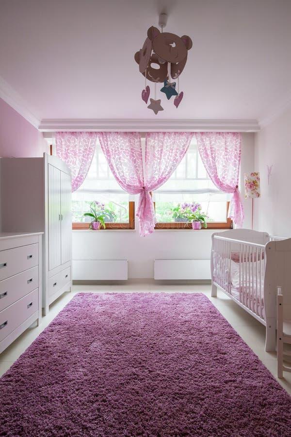 Ковер плюша в комнате младенца стоковое фото rf