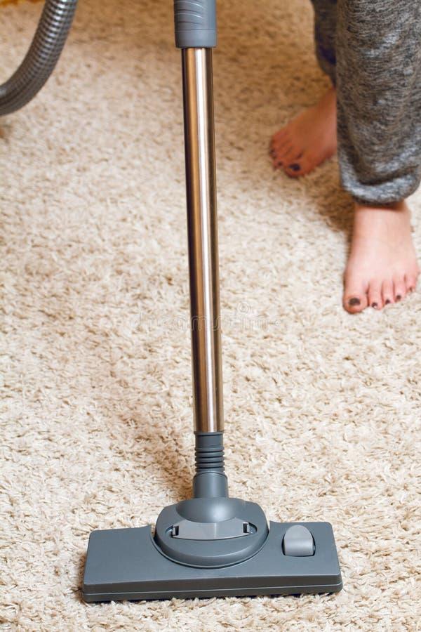 Ковер чистки женщины стоковое изображение rf