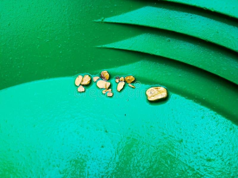 Ковш для промывки золота с золотом стоковые изображения