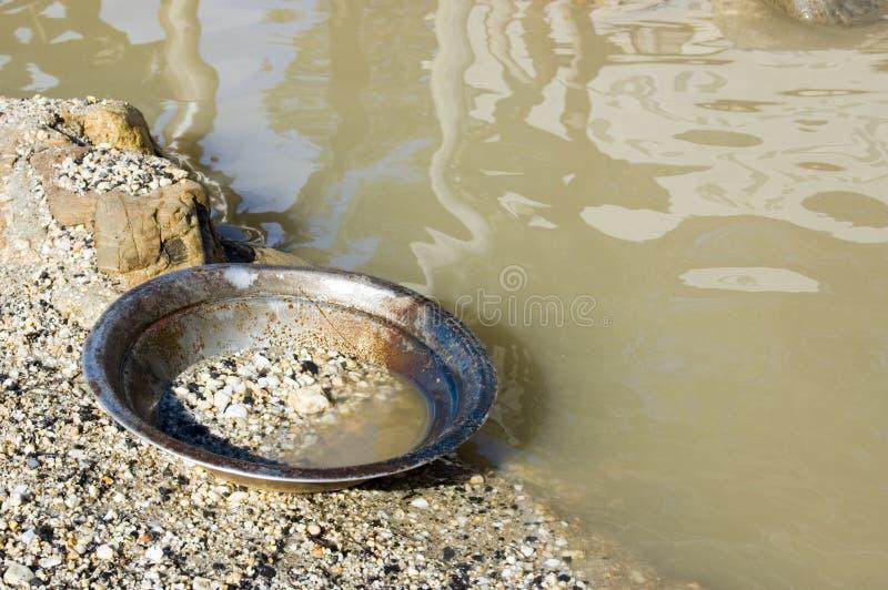 ковш для промывки золота стоковая фотография rf